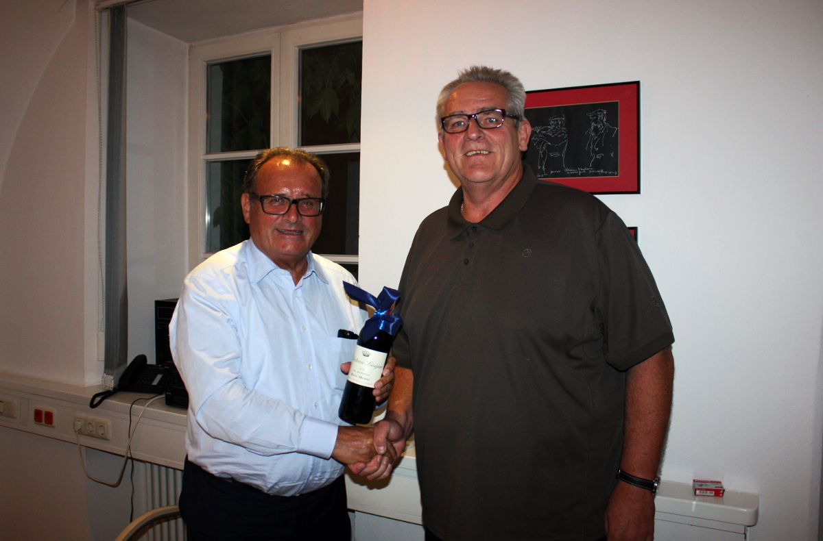 3. Bürgermeister Norbert Stranzinger (r.) gratuliert CSU-Fraktionssprecher Paul Kokott (l.) zum Geburtstag